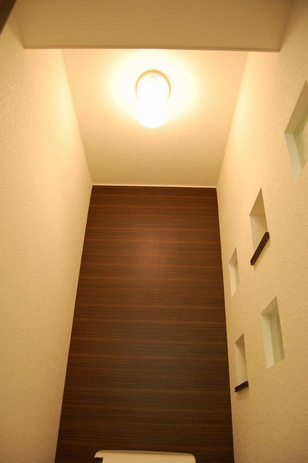 トイレの照明は人感センサー付き