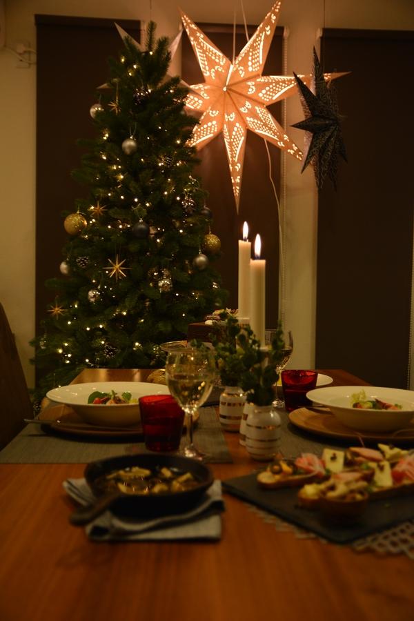 テーブルとクリスマスツリー